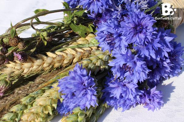 Getreide und Kornblumen
